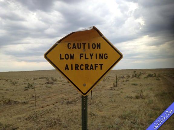 Carteles desconcertantes: Cuidado aviones vuelan bajo
