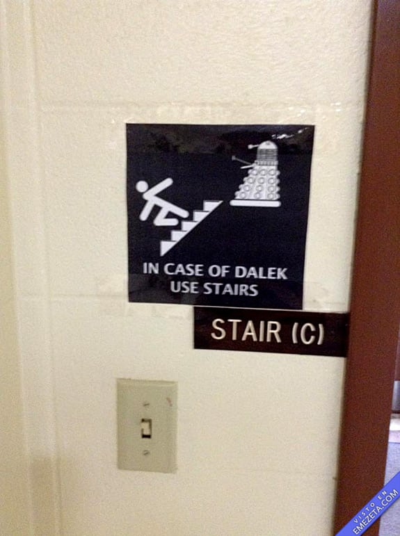 Carteles desconcertantes: Daleks que suben escaleras gritando ¡elevate!