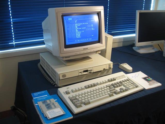 Un equipo IBM con monitor Philips, ejecutando un programa bajo MSDOS