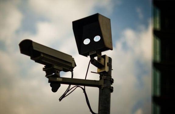 Pareidolia (rostros o figuras en imágenes): Cámara de vigilancia disparando